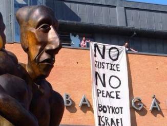 Billede af banner drop ved Stop bombningerne af Gaza demonstrationen fredag den 8. august 2014 i Odense  (På Banegårdspladsen lige overfor Odense Banegårdscenter H.C. Andersen: Boykot Israel)